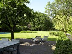 Een mooi en ruim terras waar iedereen graag tijd spendeert.