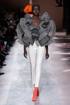 Givenchy Spring Summer 2020 Haute Couture fashion show at Paris Couture Week (January Couture Week, Spring Couture, Haute Couture Fashion, Paris Couture, Haute Couture Looks, Casual Couture, Couture Tops, Juicy Couture, Fashion 2020