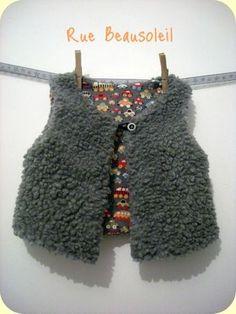 Mamy Factory - Bonnet enfant marine avec pompon rouge. Tricoté main par nos  mamies en grosses côtes perlées avec une laine naturelle ex… dd2164c0ded