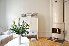 Blommor kakelugn sekelskifte byrå soffbord vardagsrum Interior Concept, Interior Design, Home And Living, Living Room, Modern Hepburn, Natural Flooring, Interior Stylist, Ideal Home, The Selection