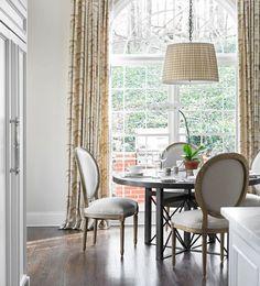 SILLA MEDALLÓN  Las sillas de respaldo medallón son todo un clásico de los interiores románticos. De corte señorial, pueden llegar a aportar grandes dosis de elegancia un comedor.