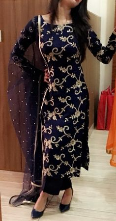 Very pretty dress where will i get from Indian Party Wear Gowns, Party Wear Evening Gowns, Indian Gowns Dresses, Indian Fashion Dresses, Dress Indian Style, Indian Designer Outfits, Indian Outfits, Salwar Suits Party Wear, Latest Party Wear Suits