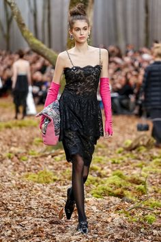 A pop of pink. Black lace and silver chains in Chanel 2018 Fall. Paris Fashion Week PFW