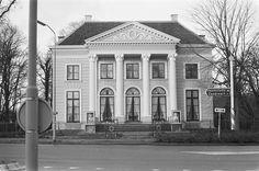 """Beelden in glazen kastjes tegen de vorst voor """"Huis met de beelden"""" in Haarlem Datum 10 januari 1978"""
