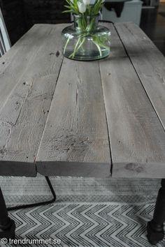 Byggt ett bord (med hjälp av mannen :)). Hittade gamla brädor (säkert 100 år) som fick bli bordsskiva. Brädorna hade tidigare varit en innervägg i vårt hus, fulla med spikar och tapetrester. Men efter några vändor med slipmaskinen blev brädorna fina. Ikea Diy, Interior, Dinning Room, Vintage House, Dining Table, Rustic Design, Dining Room Table, Coffee Table, Farmhouse Table