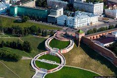 Площадь Минина и Пожарского — главная площадь Нижнего Новгорода.  Чкаловская лестница   соединяет площадь Минина и Пожарского и набережную р. Волги. Лестница построена в виде восьмёрки и состоит из 560 ступеней, если считать обе стороны «восьмёрки».