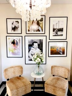 Family Pictures On Wall, Family Picture Frames, Display Family Photos, Hallway Decorating, Decorating Ideas, Wall Design, House Design, Photo Arrangement, Black And White Picture Wall