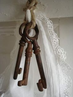 love the rusty keys with the lace, I have some old keys that i could simply tie on a door knob.
