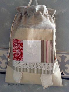 """Sac à linge shabby en lin grège chanvre toile à matelas coton dentelle et monogramme """"RI"""" : Textiles et tapis par rouge-lin-et-bois"""