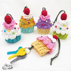 Cupcake key cozy amigurumi crochet pattern by Emi Kanesada (Enna Design)