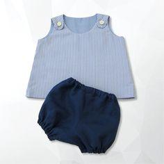 Completino unisex formato da vestitino in cotone a righe bianche e azzurre abbottonato sulle spalle e pantaloncino in lino blu, taglia 9-12 mesi.  https://www.etsy.com/it/listing/237948876/completino-baby?ref=listing-shop-header-1