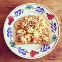 Slechte maar o zo lekkere lunch! Scrambled eggs met spek en bieslook. #eieren #lunch #spek #bieslook #lekker #foodies #notsohealthy #delicious #chicascooking