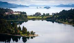 El Hotel Llao-Llao, con vistas deslumbrantes al Lago Nahuel Huapi y la cordillera de los Andes.