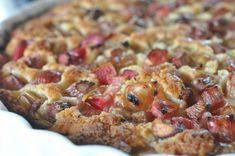 Verdens nemmeste rabarbertærte, der kan røres sammen blot med ske på 5 minutter. Kagen er bagt med smør og smager fortryllende med flødeskum eller is til.