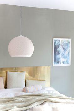 Messingplaten på mål er bestilt fra Astrup og blir en fin sengegavl. Taklampen er SpongeUp fra Pottery Project.
