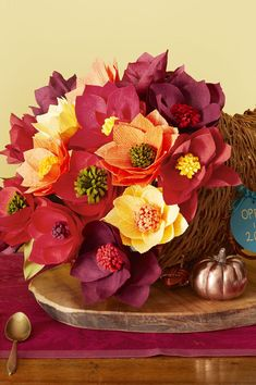 Be inspired by things around you to make these beautiful Thanksgiving centerpieces with these easy table decoration ideas, since your holiday table just isn't complete without a lovely Thanksgiving DIY focal point. Thanksgiving Crafts To Make, Diy Thanksgiving Centerpieces, Thanksgiving Parties, Thanksgiving Table, Washi, Decoration Table, Centerpiece Ideas, Paper Flowers, Gratitude