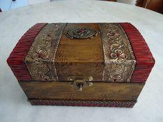 Bau com textura dourada , couro vermelho e latonagem envelhecida . www.elo7.com.br/esterartes