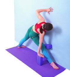 Уттхита Триконасана (поза Вытянутого треугольника), вариация у стены с кирпичом #yogablocks