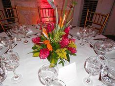 Exótico centro de mesa, lleno de color.
