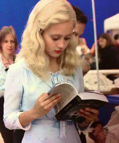 Emma Bloom (Ella Purnell) reading Hollow City / Miss Peregrine's