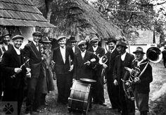 Muzikanti z Radošoviec (okr. Senica), nedatované (asi 1. polovica 20. storočia). Vedecký archív ÚEt SAV, reprodukcia H. Bakaljarová.