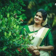 Onam Saree, Kasavu Saree, Traditional Sarees, Traditional Outfits, Kerala Saree Blouse, Set Saree, Kerala Bride, Costumes Around The World, Silk Saree Blouse Designs