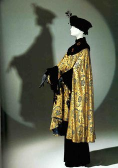 Opera coat, France, Attributed to Paul Poiret. Silk damask and silk panne velvet cut on a bias. The pattern was inspired by the meandering botanical motifs of Islamic art and influenced by the Arts and Crafts and Art Moderne Movements. Paul Poiret, Historical Costume, Historical Clothing, Belle Epoque, Edwardian Fashion, Vintage Fashion, Edwardian Clothing, Edwardian Era, Vintage Dresses