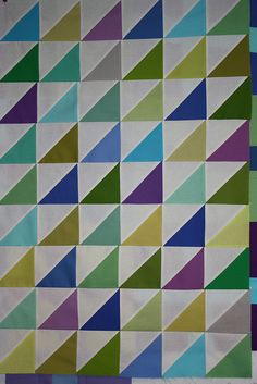 I like the simplicity of this Quilting Tips, Quilting Projects, Quilting Designs, Charm Square Quilt, Half Square Triangle Quilts, Charm Pack Quilts, Charm Quilt, Charm Pack Patterns, Fat Quarter Quilt