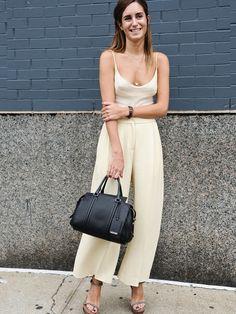 Ein schicker Overall in Pastelltönen ist perfekt für einen warmen Tag in der Stadt. Gala González stylt ihn gaz schlicht mit Sandalen und Handtasche.