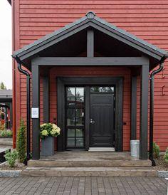 Myös talon ulko-ovi on musta.