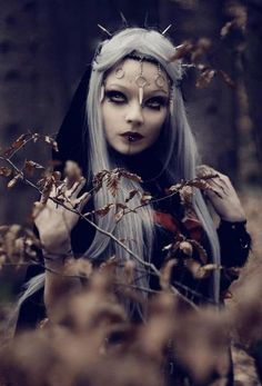 Sorceress wearing spikes on her head and a piece of jewelry on her forehead.