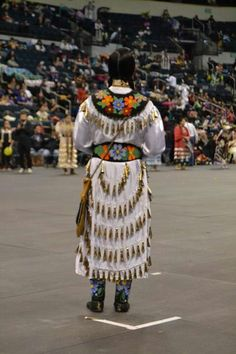 Beautiful old style jingle dress and beadwork Beadwork by Bearflats Beads and More Elaine Buchanan Bear Native American Clothing, Native American Regalia, Native American Women, Native American Fashion, American Indians, American Art, Jingle Dress Dancer, Powwow Regalia, Native Wears