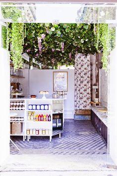 That I call a cute cafe| Paris / Un petit café très fleuri / Lily of the Valley / Photos Julie Ansiau /
