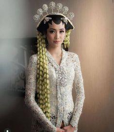 Kebaya Wedding, Wedding Dresses, Headdress, Headpiece, Model Kebaya Modern, Javanese Wedding, Hair Pins, Makeup Looks, Bride