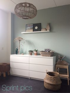 Ikea: kast Malm, lijsten, plank, trapje en mand Kwantum: lamp en kruk Flexa: Early dew extra mat muurverf