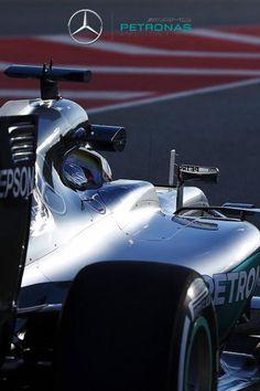 MERCEDES  Sede: Brackley (GBR)   Jefe de equipo: Toto Wolf   Director técnico: Paddy Lowe  Pilotos: Lewis Hamilton (GBR) | Nico Rosberg (ALE)  Monoplaza: W07 Hybrid   Motor: Mercedes    Primera temporada: 1970    Mundiales: 2   Victorias: 36   Podios: 51  Poles: 45