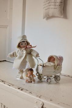 klein handgemaakt popje met blikken wagentje  (Nelleke Hoffland)