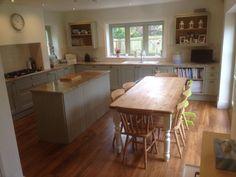 Eat-in kitchen Sage Kitchen, Eat In Kitchen, Open Plan Kitchen, Country Kitchen, Kitchen Family Rooms, Kitchen Living, Kitchen Decor, Kitchen Ideas, Cottage Kitchens