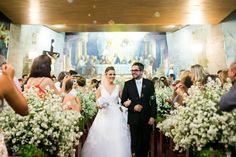 Um casamento azul e rosa com uma decoração aconchegante.