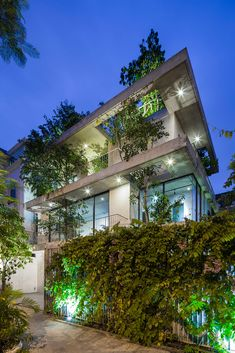 House in Vietnam with Fabulous Exterior hanging Gardens Designed by VTN Architects Architecture 101, Sustainable Architecture, Beautiful Architecture, Urban Landscape, Landscape Design, Urban Planters, Vietnam, Casa Patio, Timber Buildings