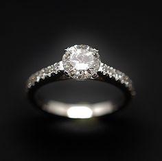 à vendre : 6800€ Solitaire Diamant 1.04 Cts G-VS2 en Or 18 Cts + 0.35 Cts. sertie en son centre sur serti 4 griffes d'un Diamant naturel taille brillant de 1.04 ct  Couleur : E ( extrablanc )  Pureté :  VS2 (Très petites inclusions)  diamètre pierre  6.7 mm  et de 22 diamants brillants sur les côtés soit 0.35 Cts G-VS  poids : 4.10 gr  Taille 52  Livré avec certificat de laboratoire LFG  mise à la taille offerte