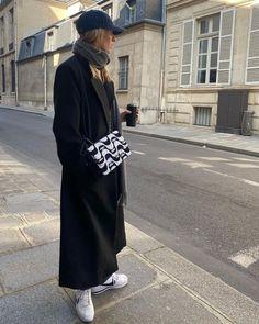Смотри галерею - парижская уличная мода 2021, 40 актуальных образов! Photo: @camillecharrieres #тренды2021 #весна2021 #образы2021 #уличныетренды2021 #джинсы2021 #актуальныеобразы2021 #базовыйгардероб2021 #парижскийстиль2021 #гардероб #стиль #женскийгардероб #джинсы2021 #образынавесну Camille Charriere, Yves Saint Laurent, Parisian Style, Fasion, Casual Chic, What To Wear, Normcore, Women, Casual Dressy