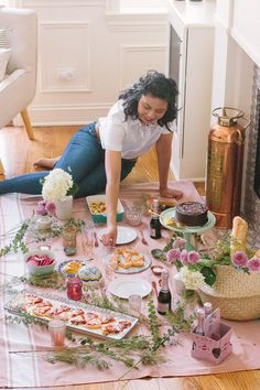 Indoor Picnic Date, Creative Date Night Ideas, Picnic Foods, Picnic Recipes, Romantic Picnics, Beach Picnic, Summer Picnic, Healthy Living Tips, How To Memorize Things