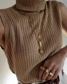10 Budget-Friendly Jewelry Brands You Will Love You don't always have to spend a fortune to accessorize. To prove it, we rounded up the affordable brands where we always shop jewelry for cheap. Trend Fashion, Look Fashion, Winter Fashion, Womens Fashion, Fashion 2018, Mode Outfits, Fashion Outfits, Fashion Tips, Vintage Outfits