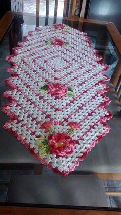 . Crochet Table Runner, Table Runner Pattern, Crochet Tablecloth, Crochet Doilies, Crochet Flowers, Tablecloth Ideas, Lace Tablecloths, Crochet Gratis, Crochet Art