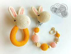 Conjunto Roger, el conejo chupetero y sonajero  Rabbit ganchillo rattle  Crochet amigurumi  www.desdelasnubes.com