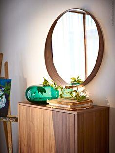 STOCKHOLM skåp med 2 lådor, 90x107 cm, valnötsfanér 3 495 kr, STOCKHOLM spegel, 80 cm, valnötsfanér 799 kr, STOCKHOLM vas, 20 cm, grön 399 kr.