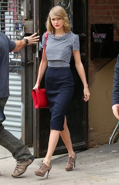Best Looks of Taylor Swift Fashion Style, You Can Get Outfits and Shoes Ideas from Her | PIN Blogger