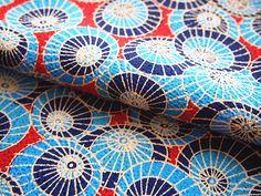 Tissu japonais chirimen motifs traditionnels parapluie bleu et rouge 112*50 cm : Tissus à thème par yoshiiii