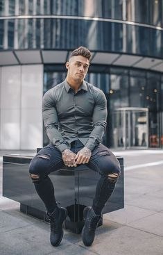 Tapered fit shirt designed to highlight you physique. Tapered menswear bring an exclusive collection of shirts that are tailored to fit your body perfectly, Olive shirt run available. Stylish Mens Outfits, Casual Outfits, Men Casual, Superenge Jeans, Ripped Jeans, Moda Blog, Look Man, Well Dressed Men, Mens Clothing Styles